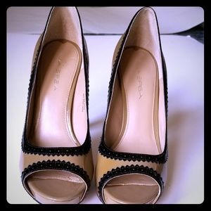 Via Spiga Taupe and Black Size 8 Open Toe Heels
